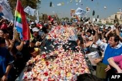 Жители Сантьяго бросают лепестки роз на катафалк с гробом студента Даниэля Замудио, убитого гомофобами, 2012