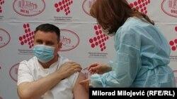 Generalni direktor Univerzitetsko-kliničkog centra Republike Srpske Vlado Đajić prvi je primio vakcinu