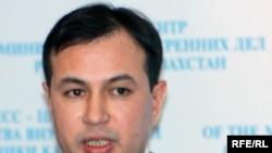 Пресс-секретарь МВД Казахстана Куанышбек Жуманов на брифинге. Астана, 13 января 2010 года.