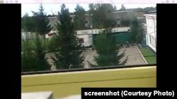 Кадр из видео, снятого в ИК-8: заключенного Щукина, который вскрыл себе живот, уносят на носилках