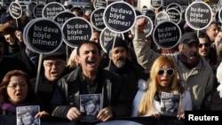 Թուրքիա - Հրանտ Դինքի բարեկամները ակցիա են անցկացնում դատարանի շենքի մոտ` «Այս դատավարությունը չպետք է նման ձեւով ավարտվի» կարգախոսով, Ստամբուլ, 17-ը հունվարի, 2012թ.
