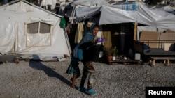 Migrantkinja iz Afganistana sa kćerkom u kampu Morija na otoku Lezbos, Grčka, 1. septembar