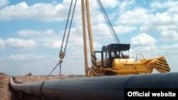 Ýerasty gaz turbalary geçirilýär. Türkmenistan.