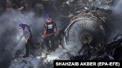 Spasioci na mestu nesreće u Pakistanu, 22. maj 2020.