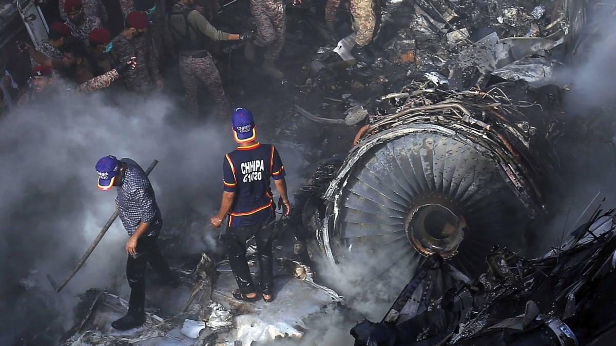 Число жертв авиакатастрофы в Пакистане возросло до 97
