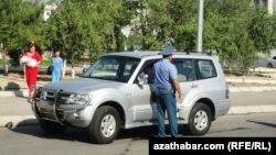 Сотрудник дорожной полиции Туркменистана.