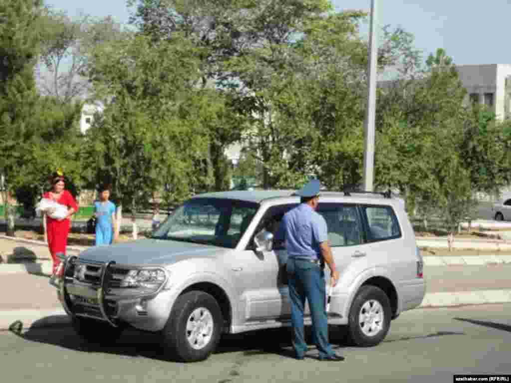 Aşgabatda polisiýa ofiseri bilen ulag sürüjisiniň gürleşip duran pursaty.