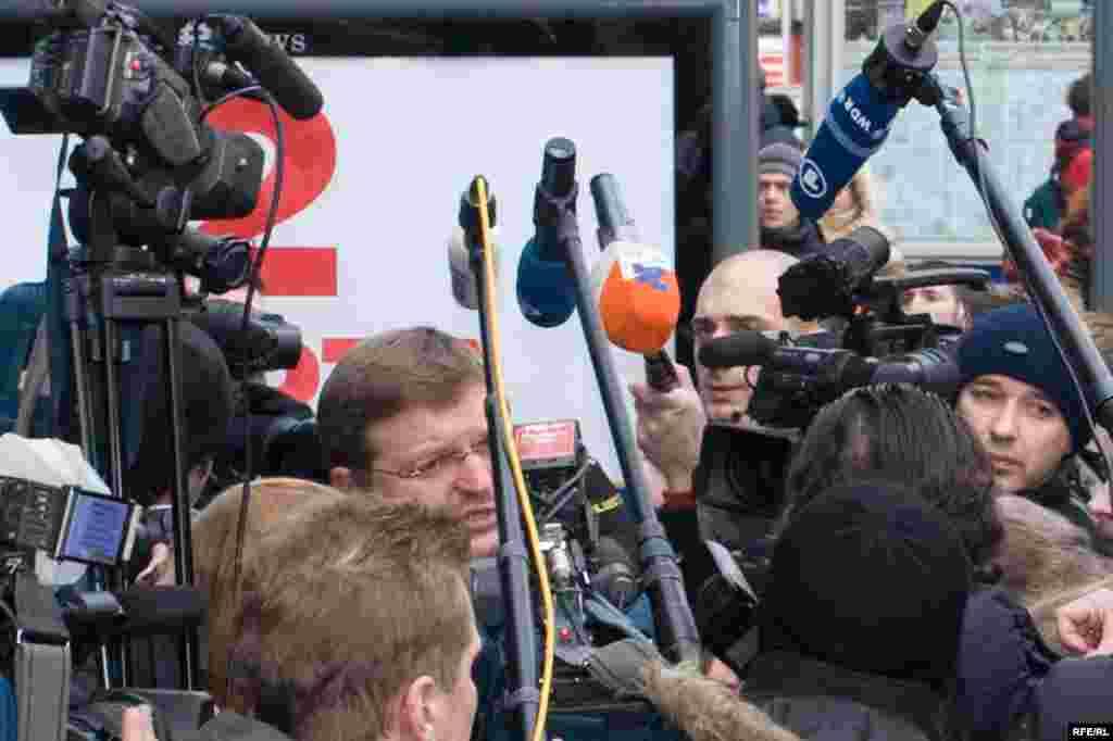 Никита Белых в окружении репортеров