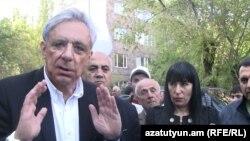 Вартан Осканян беседует с жителями ереванской общины Ачапняк, 17 апреля 2013 г.