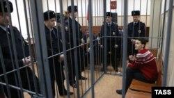 Украинская военнослужащая Надежда Савченко на скамье подсудимых в окружении сотрудников полиции. Москва, 4 марта 2015 года.