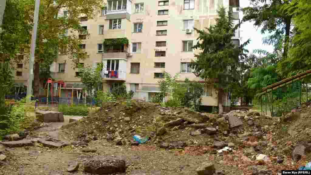 Кучи асфальта и снятого грунта загородили проход к дому по улице Строительной в Балаклаве