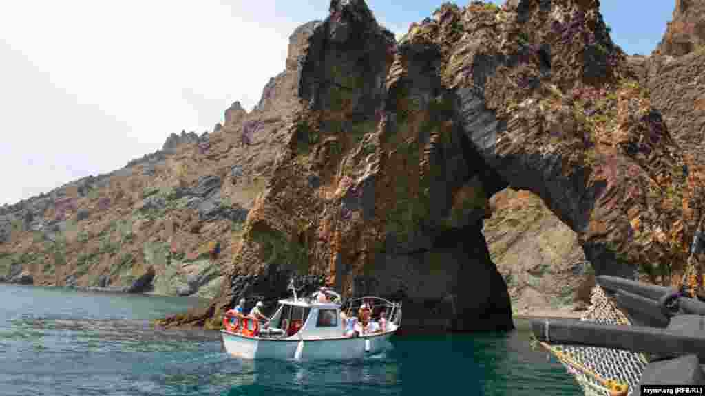 Популярностью у туристов, по-прежнему, пользуются морские прогулки к Золотым Воротам– скале древнего вулкана Кара-Даг