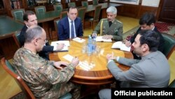 Armenia - Defense Minister Seyran Ohanian (L) meets with Iranian Ambassador Seyyed Kazem Sajjad (R) in Yerevan, 4May2016.