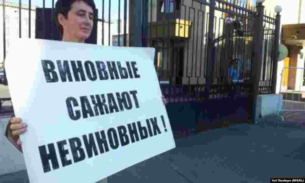 """""""Виновные сажают невиновных"""" плакат на акции #оккупайск у Следственного комитета"""