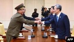 Հյուսիսային և Հարավային Կորեայի պաշտոնյաները համաձայնագրի կնքման ժամանակ, 22-ը օգոստոսի, 2015թ․