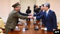 در سمت راست: کیم کوانجین، مشاور امنیت ملی کره جنوبی. در سمت چپ: هوانگ پیونگسو، نماینده ارشد ارتش کره شمالی