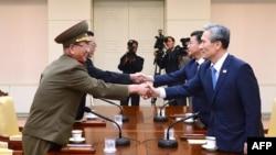 Переговоры между представителями Северной Кореи и Южной Кореи в селе Панмуном в демилитаризованной зоне между двумя странами, 22 августа 2015 года.