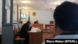 В ходе судебного процесса по делу учителя Юрия Пака. Судья Алия Жошева. Караганда, 16 июня 2016 года.