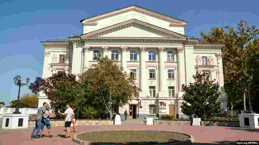 Севастопольський драматичний театр із боку малої сцени