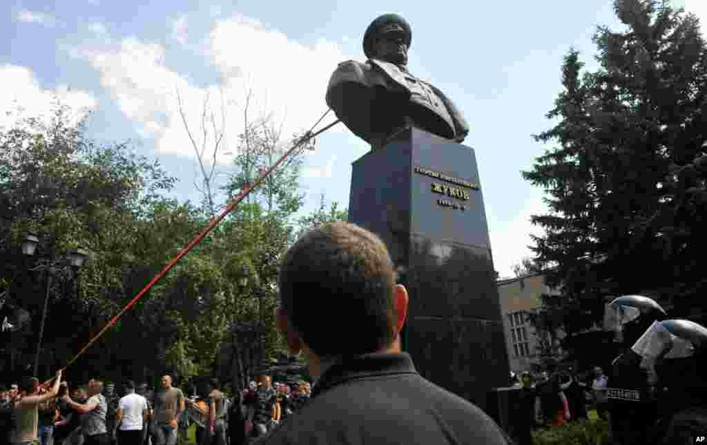 Пам'ятник маршалу СРСР Георгію Жукову за мить до знесення. Харків, 2 червня 2019 року. НА ЦЮ Ж ТЕМУ