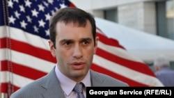 Прием Аласания в американской столице на таком высоком уровне – это некоторым образом послание руководству Грузии в преддверии президентских выборов. Некоторые в Тбилиси до сих пор надеются, что глава Минобороны решится выдвинуть свою кандидатуру