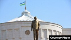 Памятник Исламу Каримову возле его рабочей резиденции «Оксарой» в центре Ташкента.