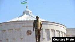 Памятник первому президенту Узбекистана Исламу Каримову у резиденции «Оксарой» в Ташкенте.