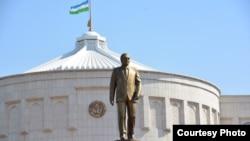 Памятник первому президенту Узбекистана Исламу Каримову у резиденции «Аксарай» в Ташкенте.