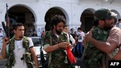 Бойцы Национального переходного совета радуются сообщениям о гибели Каддафи