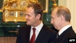 Дональд Туск и Владимир Путин на встрече в Москве в феврале 2008 года.