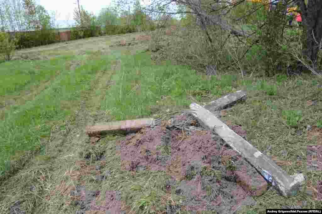 Рядом на лужайке отпечатались следы проезда техники.