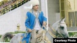 """Туркман президенти Гурбангули Бердимуҳаммадев набираси ҳам """"чавандозликда бабосидан қолишмаслиги""""ни халққа намойиш этди."""