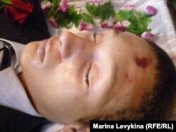 Тело школьника Александра Дивина в день его похорон. Село Достык Павлодарской области, 28 октября 2011 года. Автор фото – Марат Тулендинов.
