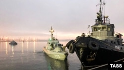 Захваченные ФСБ украинские корабли в закрытом Киевом порту Керчи