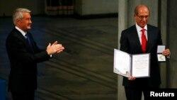 Голова Нобелівського комітету Турбйорн Яґланд аплодує Ахмету Узюмджу