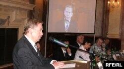 Элекке Чехия президенты Вацлав Һавел конференциядә чыгыш ясый