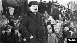 Lenin Bolşevik partiyasının lideri Yakov Sverdlov-un dəfnində çıxış edir - 1919