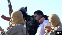 Боевики ИГ с заложником.