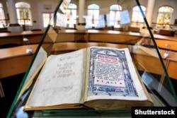 Острозька Біблія (1581 рік), розміщена у центрі бібліотеки Національного університету «Острозька академія»