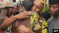 Žena potpredsednika Nigerije Jemija Osinbajoa, Dolapo, grli jednu od oslobođenih devojaka, ilustrativna fotografija