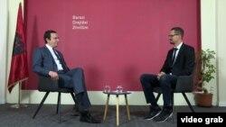 Ish-kryeministri i Kosovës, Albin Kurti gjatë intervistës me gazetarin, Arton Konushevci.
