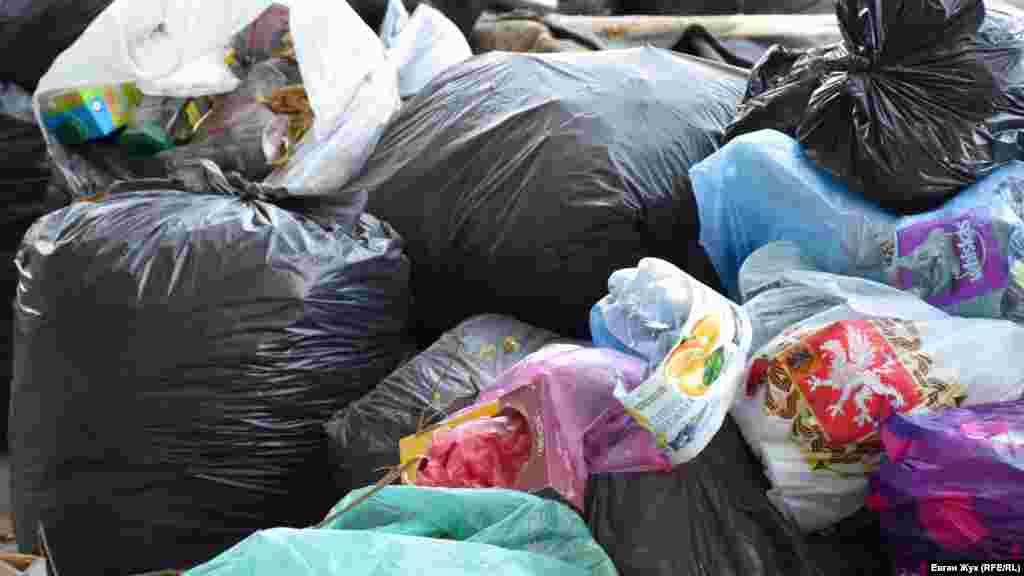 Севастопольцы не сортируют мусор и выбрасывают все вместе: пластик, стекло и металл