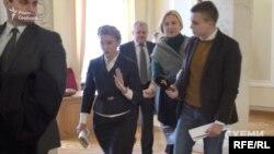 Юлія Тимошенко відмахується від запитання журналіста програми «Схеми» Михайла Ткача