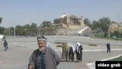Люди на фоне мемориального комплекса в Самарканде, где похоронен Ислам Каримов.