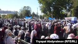 """Митингующие сторонники лидеров партии """"Ата-журт"""", Джалал-Абад, 8 октября 2012 года."""