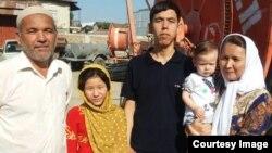 Живущий в Иране казах Байдилла Ескелди со своей семьей. Бендер-Туркмен, Иран. Фото из семейного архива.