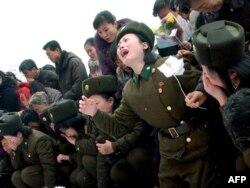Женщины-солдаты плачут по поводу смерти Ким Чен Ира. Пхеньян, 21 декабря 2011 года.
