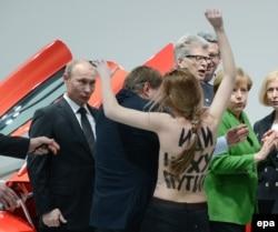 Активистки движения Femen протестуют против визита Владимира Путина. Ганновер (Германия), апрель 2013 года. Тогда Путин еще часто ездил в Европу