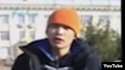 20 жастағы Ерлан Бектібаев өзін-өзі өртеп жіберетінін айтып тұр. Тараз, 24 қазан 2015 жыл.