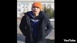 """Өзін-өзі өртеу алдында """"Нұр Отан"""" партиясы ғимараты алдында сөйлеп тұрған Ерлан Бектібаев. Youtube желісіне жарияланған видеодан алынған скриншот. Тараз, 24 қазан 2015 жыл."""